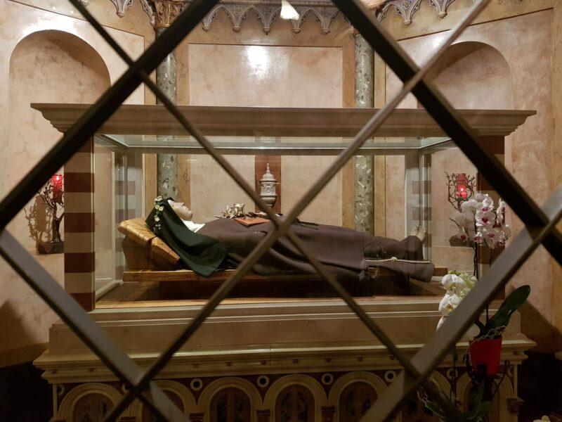 Asyż, kryształowa trumna św.Klary wBazylice św.Klary