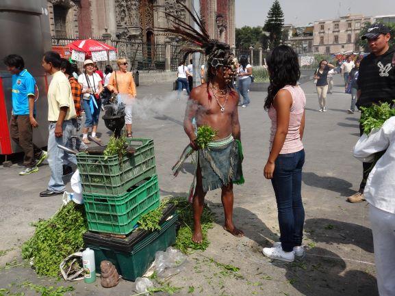 Miasto Meksyk, Zocalo, uliczny uzdrowiciel - curandero. (for. Piotr Orechwo)
